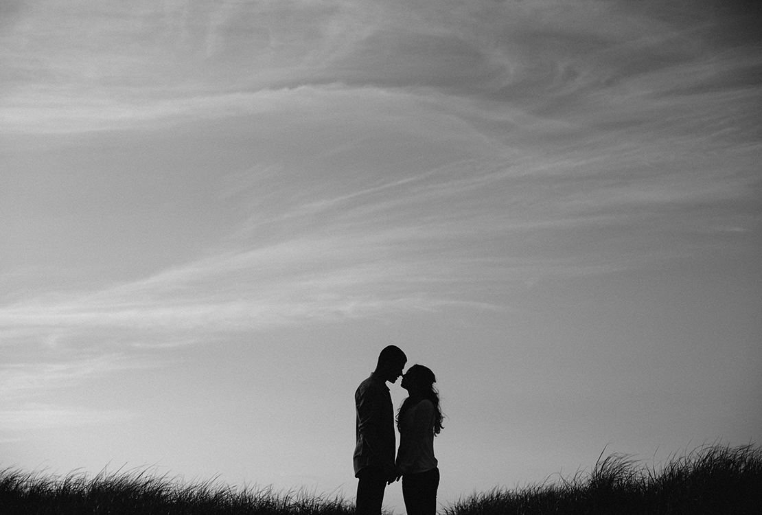 10_silhouette_couple_almost_kissing_beach_cape_cod