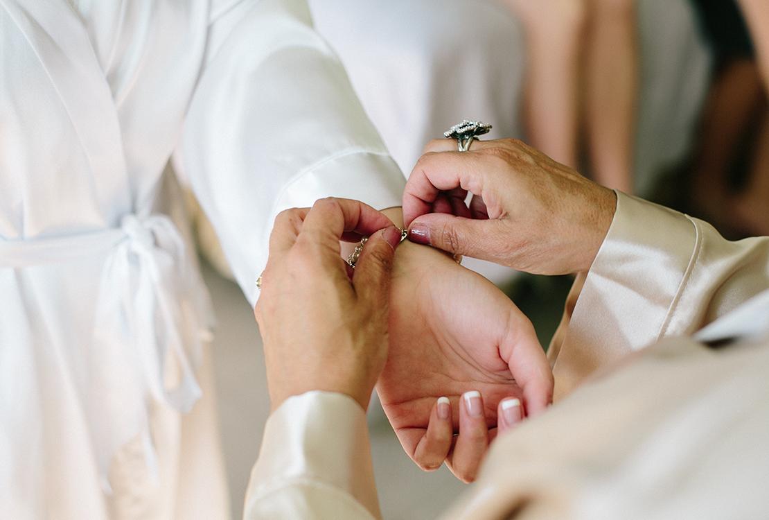 05_hands_wedding_day