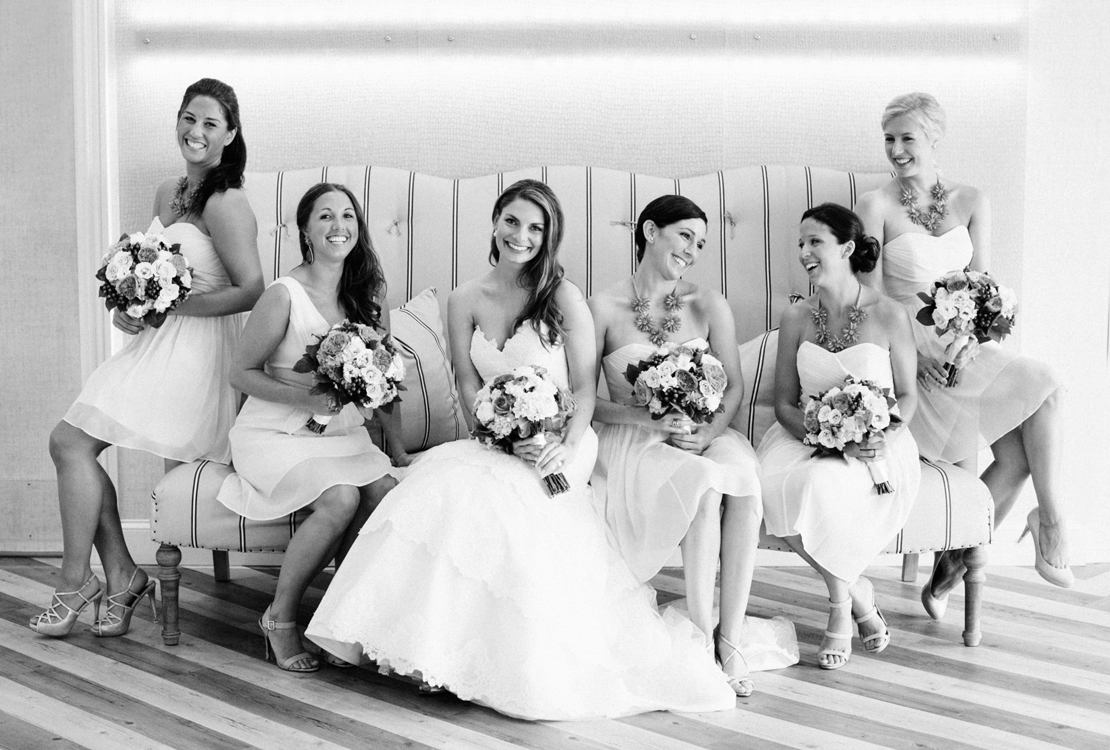 20_bridal_party_portraits_girls_laughing_couch