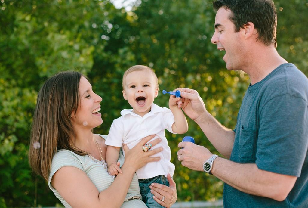 44_Heidi_vail_fun_bubbles_family_portrait_Quincy_Massachusetts